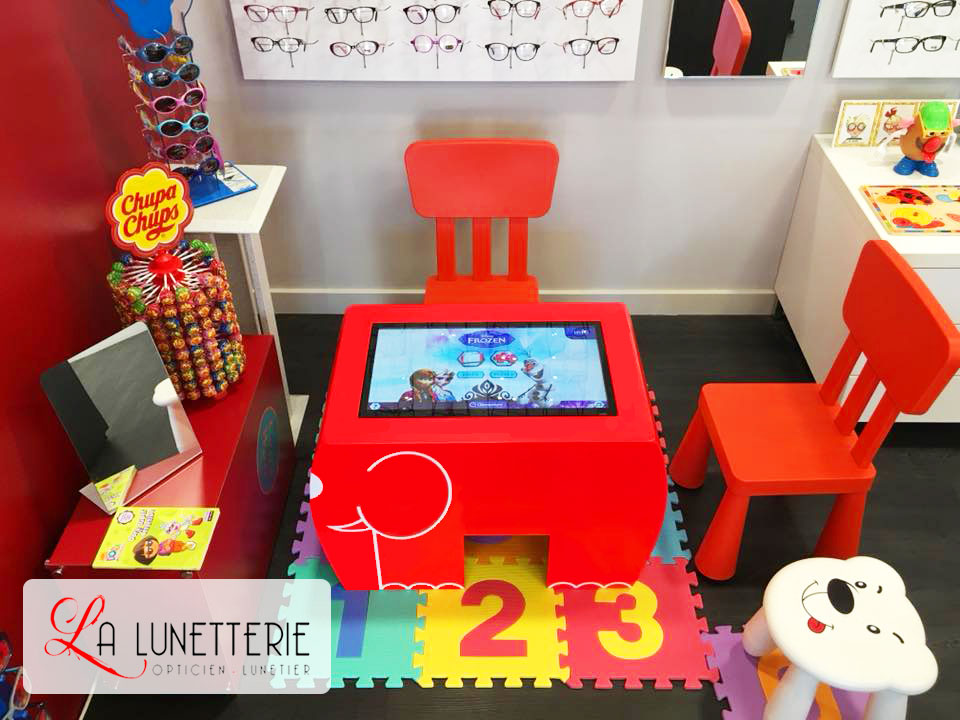 a72fe3f26c Les enfants chez les opticiens - Une Table Tactile Android conçue pour les  enfants
